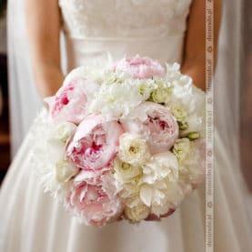 Piękne piwonie w wiązance ślubnej