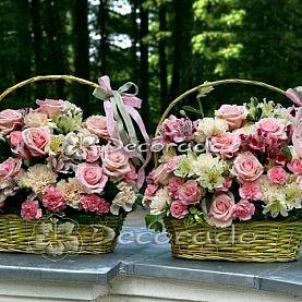 Odcienie różu w koszach kwiatów