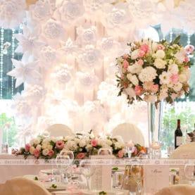 Papierowe i naturalne kwiaty – elegancka dekoracja Pałacu w Wąsowie