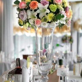Kompozycja kwiatowa na eleganckim wazonie – Hotel Atut