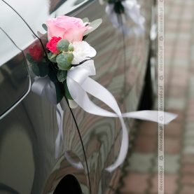 Dekoracja przy klamkach – biel, róż, malina