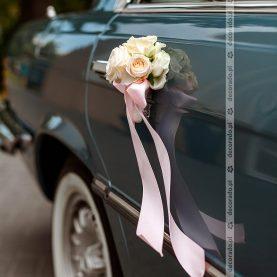 Dekoracja przy klamkach – kwiaty i wstążka