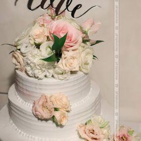 Kwiatowa dekoracja tortu