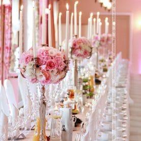 Przepych kwiatów w świetle świec – dekoracja sali na piękne wesele w Pałacu na Opieszynie