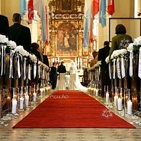Dekoracja kościoła w Dolsku – elegancka hortensja w świetle lampionów