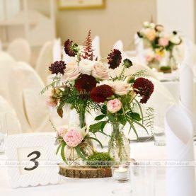 Kwiaty na plastrach drewna – dekoracja vintage w Pałacu w Wąsowie