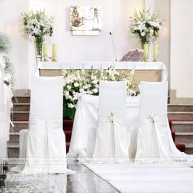 Kwiatowa dekoracja ołtarza kościoła w Luboniu