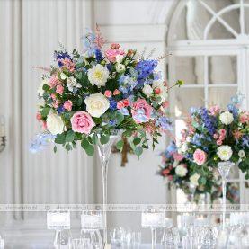 Przestrzenne kompozycje kwiatowe – dekoracja ślubna sali w pastelach