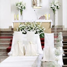 Elegancki wystrój kościoła w bieli