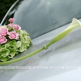 Ślubna dekoracja samochodu – róż i zieleń