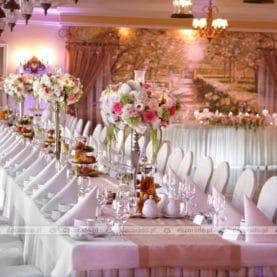 Kompozycje kwiatowe na kandelabrach – Pałac na Opieszynie