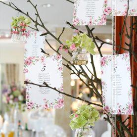 Oryginalny plan stołów z kwiatowymi akcentami