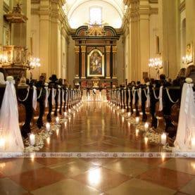Ślub w delikatnym blasku świec – dekoracja Kościoła OO. Karmelitów