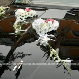 Dekoracja samochodu na ślub – kwiatowe serca
