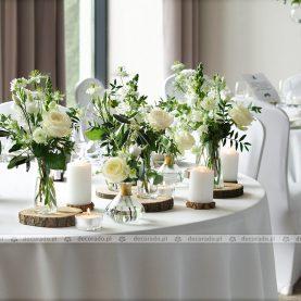 Dekoracja stołu prezydialnego – kwiaty, świece, drewno – Navigator
