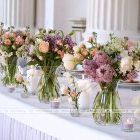 Naturalne bukiety kwiatów – dekoracja stołu prezydialnego w Zamku w Rydzynie