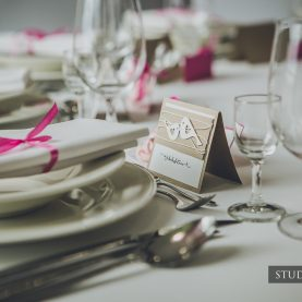 Amarantowe akcenty na stole