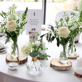 Naturalne bukiety kwiatów na stole prezydialnym – Hotel Navigator
