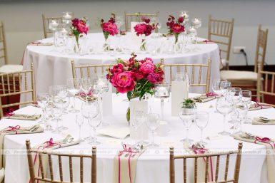 Dekoracja ślubna sali z malinowymi piwoniami w Hotelu Remes
