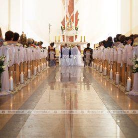 Dekoracja kościoła – kwiaty, świece, tiul