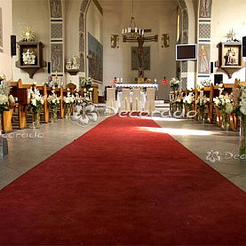 Wystrój kościoła – delikatne bukiety kwiatów – Kościół MBM Swarzędz