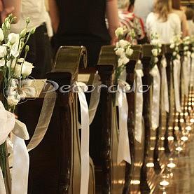 Dekoracja ślubna – eustoma na ławkach – Kościół oo. Karmelitów Bosych