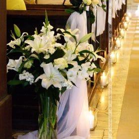 Eleganckie bukiety kwiatów – wystrój kościoła św. Andrzeja w Komornikach