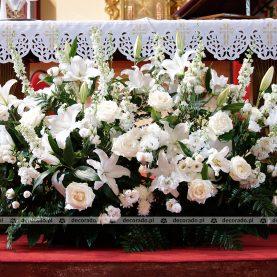 Kompozycja kwiatowa na ołtarzu – Kościół na Morasku