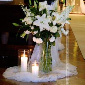 Pzzepych kwiatów  w świetle świec – elegancki wystrój kościoła