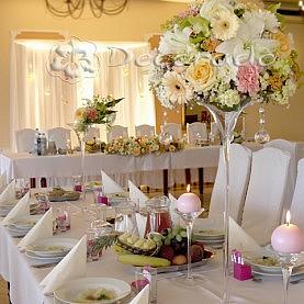 Biel, róż, brzoskwinia – delikatne kolory w dekoracji sali