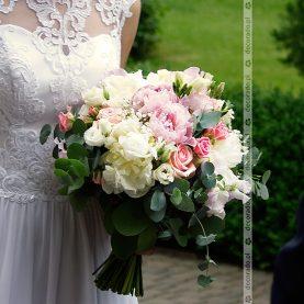 Naturalna wiązanka ślubna z dużym dodatkiem liści