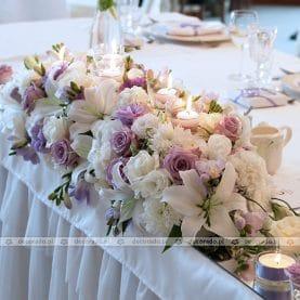 Fiolety w bieli – dekoracja stołu prezydialnego