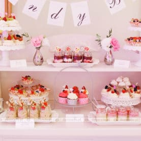 Aranżacja słodkiego stołu – dekoracja ślubna sali weselnej