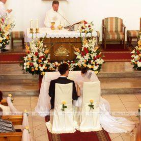 Kwiatowa dekoracja ślubna kościoła w żywych barwach
