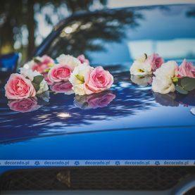 Dekoracja ślubna auta – róż i biel