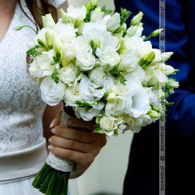 Frezja, eustoma, róza – biała wiązanka ślubna z zielenią