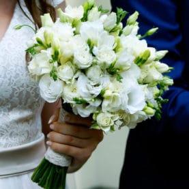 Frezje i eustoma w bukiecie ślubnym