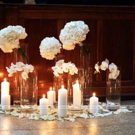 Delikatna biel w blasku świec
