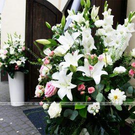 Kompozycje kwiatowe w białych donicach – Kościół w Sobocie