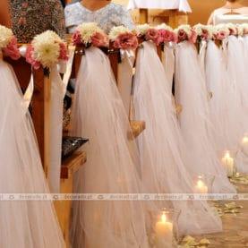 Dekoracja ławek – kwiaty, tiul, lampiony