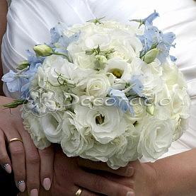 Niebieskie kwiaty w bukiecie ślubnym