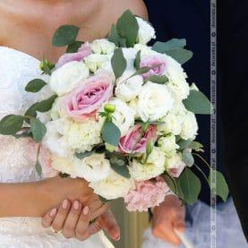 Romantyczny bukiet ślubny z dodatkiem zwiewnych liści