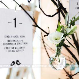 oryginalny table plan – karty stołów i kwiaty na gałęziach