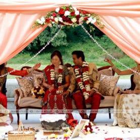 Dekoracja ślubu hinduskiego na tarasie Pałacu w Wąsowie – elegancja kolorowych kwiatów