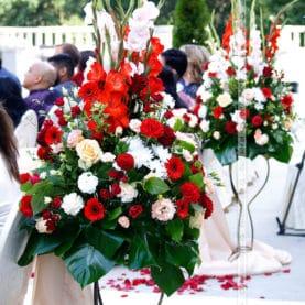 Przepych kolorowych kwiatów – dekoracja plenerowego ślubu hinduskiego w Pałacu w Wąsowie