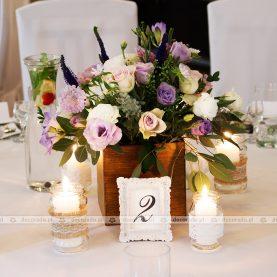 Fioletowo-białe kwiaty, liście eukaliptusa – kompozycje w skrzyneczkach, świece w słoiczkach – Gościniec Marzymięta