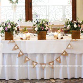 Dekoracja stołu prezydialnego – kwiat, drewno, juta – Gościniec Marzymięta