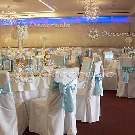 Białe kwiaty i dodatki w kolorze Tiffany Blue