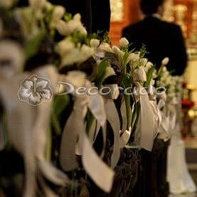 Ślubny wystrój kościoła św. Antoniego – frezje i tulipany
