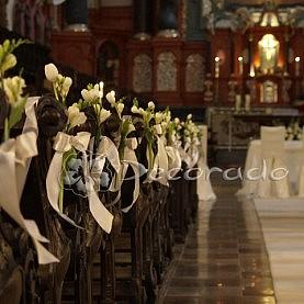 Proste kwiaty na ławkach – kościół św. Antoniego